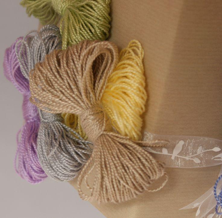 Decoreer je cadeau eens met zelfgemaakte strikken van wol