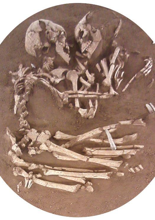 """Scheletri ritrovati abbracciati come in figura, e per questo definiti """"gli amanti di Mantova"""", anche se l'analisi del DNA avrebbe accertato che molto più probabilmente sono fratello e sorella."""