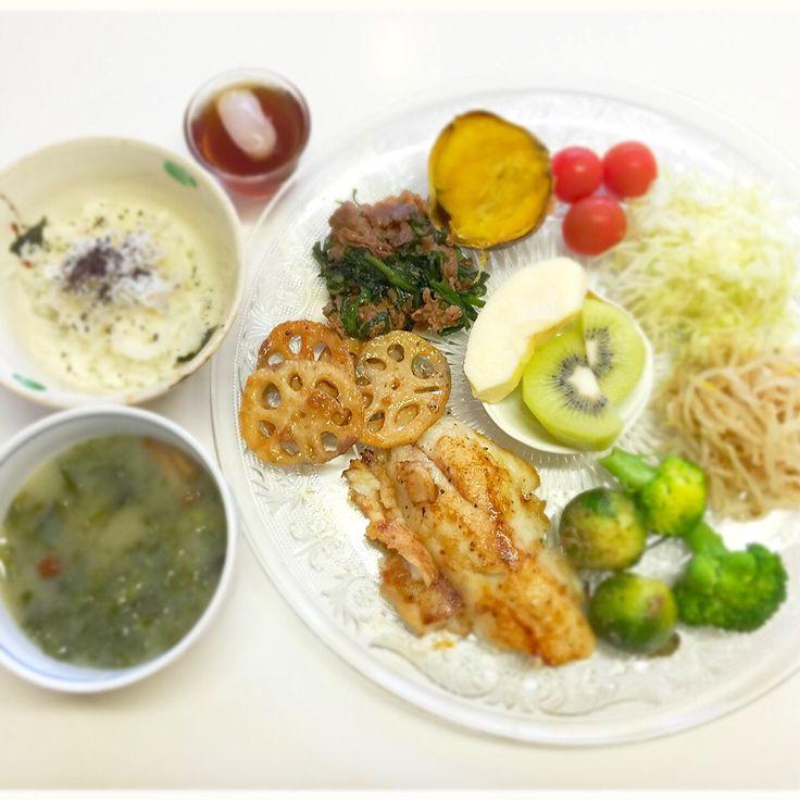"""Dr. Yumi Nishiyama's """"The Original Diet Plate"""" for beauty & health from japanese doctor‼️  Clockwise eating healthy foods from 12 o'clock on a large plate❣️  2016年4月2日の「ドクターにしやま由美式時計回り食べダイエットプレート」:女性医師が栄養バランスを考えた、美味しいプレートのご紹介。  大きめのプレートに、血糖値を急激に上げないように考えた食材を並べ、12時の位置から順番に食べるとても分かり易い方法です。  血糖値を上げないこの食べ方は、身体に優しく栄養補給ができるので健康を維持できます。オリジナルの⭐️西山酵素⭐️も最後に飲みます。  ⭐️美女のスイッチ⭐️⭐️時計周りに食べなさい⭐️の西山由美医師の本もAmazonで購入可。  http://www.momohime-medical.com  #ダイエットプレート #dietplate #にしやま由美がセミナーも開催 #食べて痩せるプレート…"""
