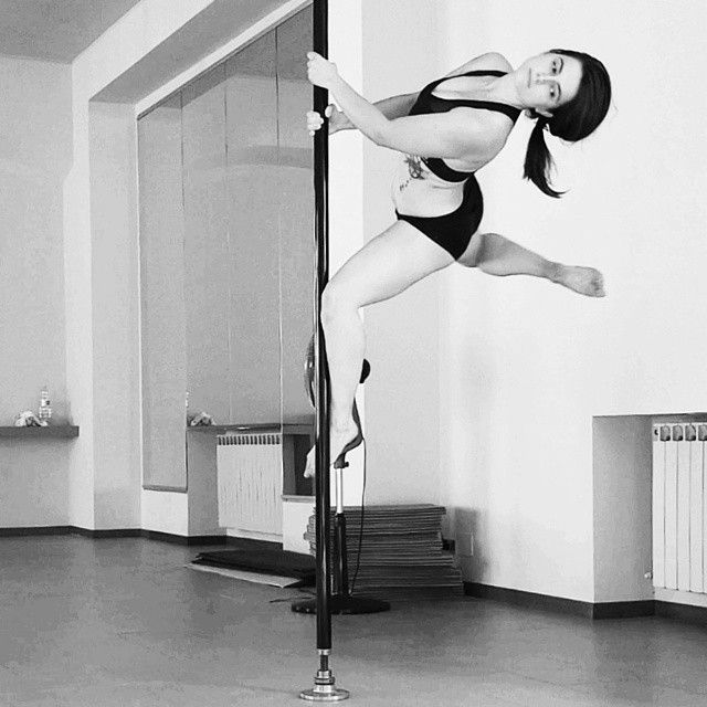 Skater (2hands) Training for Torino Pole Kontest. Like my video on Facebook: https://www.facebook.com/photo.php?v=255087061365172 #poledance #pole #poleart #polesport  #studiopolemonza #TorinoPoleKontest