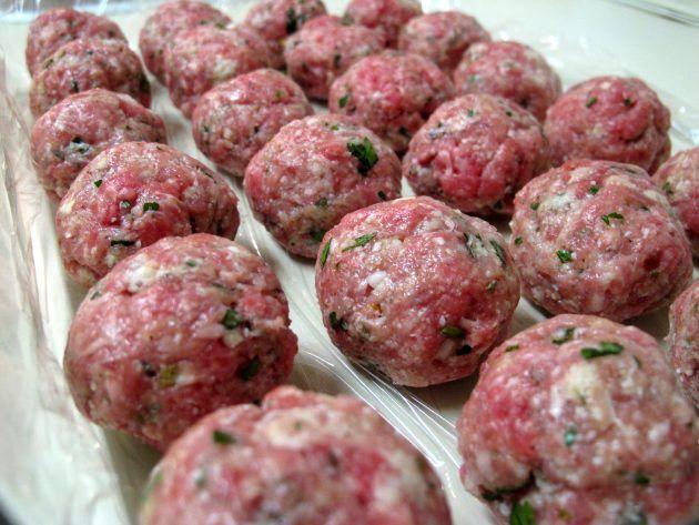 Вкусные митболы  1 кг говяжьего фарша;  200 г панировочных сухарей;  200 г рикотты;  2 яйца;  5 столовых ложек оливкового масла;  петрушка, соль, перец и другие специи по вкусу.
