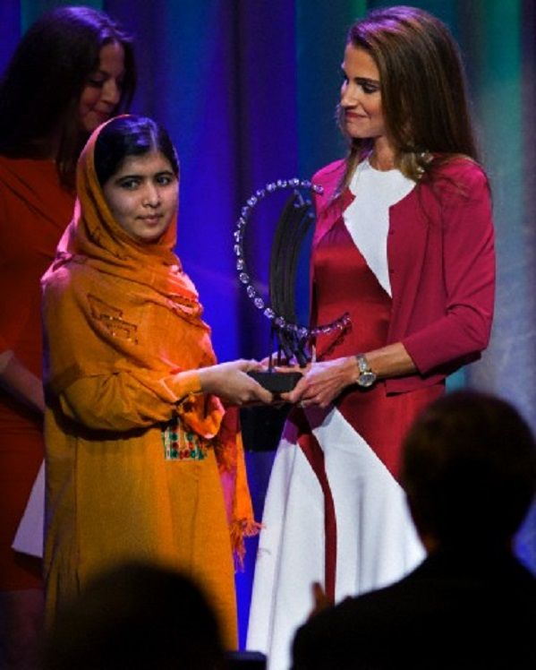 (L) Malala Yousafzai, the Pakistani teenager shot by the Taliban for promoting education for girls, is given Leadership in Civil Society award by Queen Rania of Jordan at the Clinton Global Initiative's Citizen Awards Dinner, 25 Sep 2013, in New York.