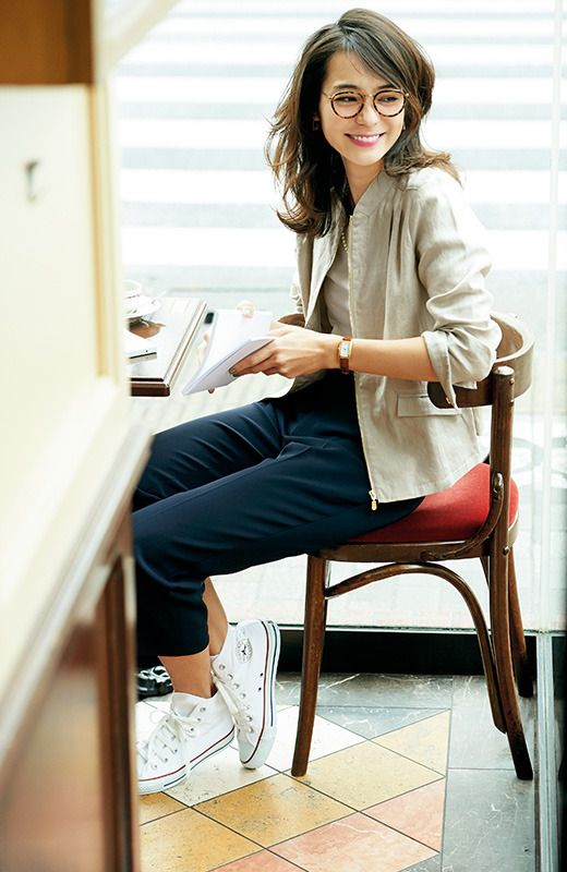 Linen jacket and basketball shoes. Effortlessly chic.