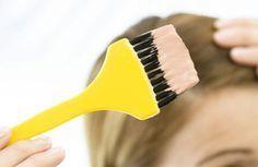 Sempre que se pinta o cabelo (principalmente a nós próprias) ficamos com a testa, as orelhas, a nuca, as mãos e até os braços manchados de tinta. Acaba sempre por ser o mais difícil de fazer. Por isso, ficam aqui algumas dicas úteis na hora de remover as manchas de