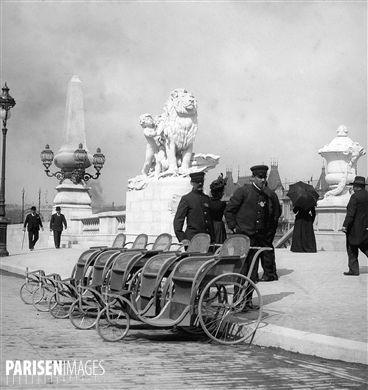 Exposition universelle de 1900, Paris. Fauteuils roulants mis à la disposition des visiteurs, près du pont Alexandre-III.