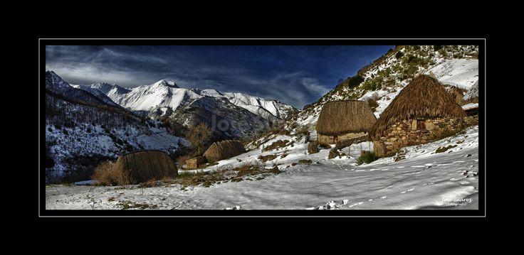 Braña de La Pornacal. Asturias,Somiedo,Montaña,braña de la Porncal,Cabañas de teito con nieve etnografía.
