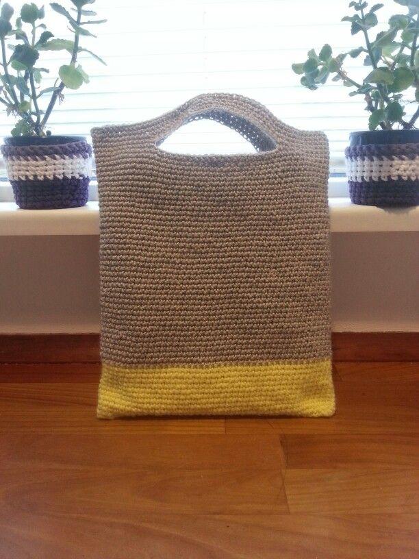 En fin lille hæklet taske til hækle projekter på farten  https://www.pinterest.com/mariannetoftu/m-ugelvig-crochet/