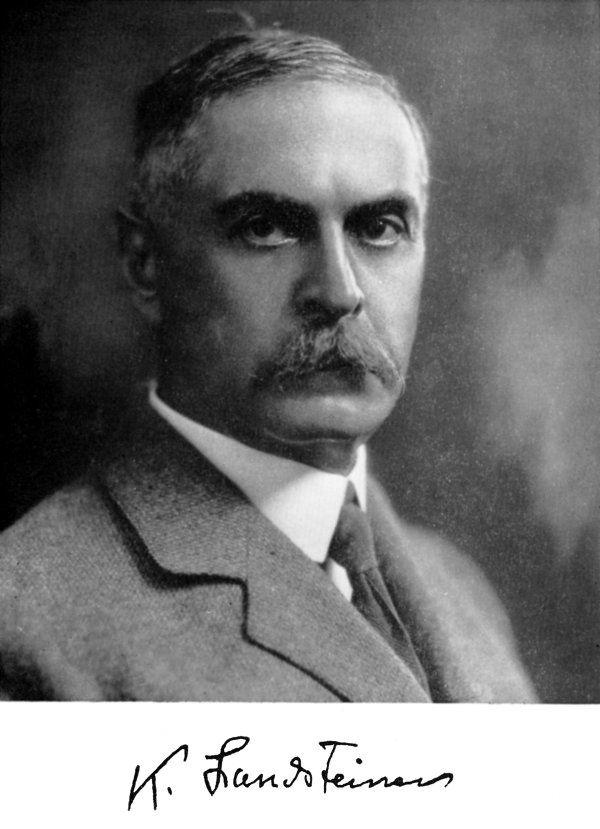 Karl Landsteiner (Viena, Austria, 14 de junio de 1868 – Nueva York, 26 de junio de 1943) fue un patólogo y biólogo austriaco. Descubrió y tipificó los grupos sanguíneos. Se le concedió el Premio Nobel de Fisiología o Medicina en el año 1930. // On lui doit d'avoir distingué les premiers groupes sanguins en 1900, découverte qui aboutit au premier système de classement de ces groupes, le système ABO. Ver: https://pinterest.com/pin/287386019948159349