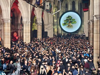"""HEAVENSAKE - Performance de presentación """"A Better High"""" en la Catedral Americana en París     PARÍS Marzo de 2017 /PRNewswire/ - El 3 de marzo de 2017 durante la Semana de la Moda en París se vio la performance """"A Better High"""" para la presentación de HEAVENSAKE con un gran número de miembros de la elite global en la Catedral Americana en París. El triunvirato de confundadores Carl Hirschmann Benjamin Eymère y Etienne Russo invitaron a amigos y colegas creativos a sumarse a la celebración de…"""