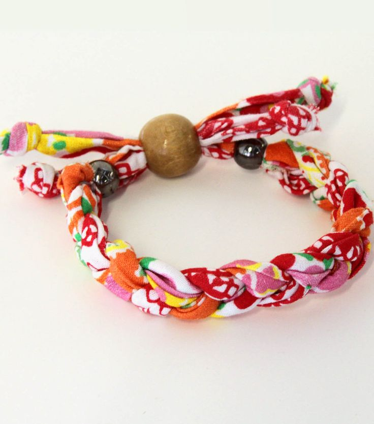 Braided fabric bracelet. Free downloadable project tutorial.