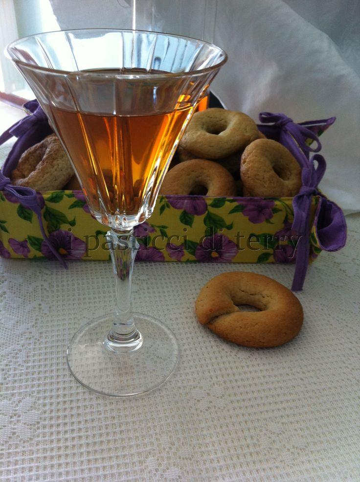 Conoscete le Ciambelle al vino della Moroni? Ecco queste sono liberamente tratte: Ciambelline allo Zibibbo http://www.ipasticciditerry.com/ciambelline-allo-zibibbo/