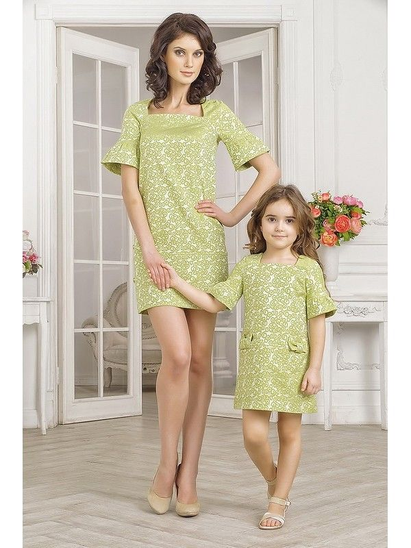 Комплект платьев для мамы и дочки на праздники, светлого салатового цвета. Платье для мамы прямого кроя, не приталенное, короткое, длиной выше колена. Вырез высокий, широкий, по типу каре. Рукав-реглан короткий, с расклешенными манжетами. Низ изделия обработан широкой деталью в сгиб, которая обеспеч