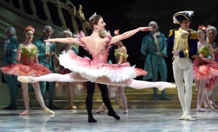26.11 Lana Jones, qui incarne la princesse Aurore, danse sur la scène de l'Opéra de Sydney lors de la répétition générale de La Belle au Bois Dormant.Photo: AFP/William West