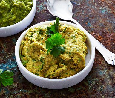 Limabönor är ett annat namn på stora vita bönor. Här blir bönorna till en krämig dipp med orientaliska smaker från tahini och spiskummin. Att blanda i färsk persilja blir både snyggt och ger en lite örtig underton. Gurkmeja ger dippen en guldigt gul färg!