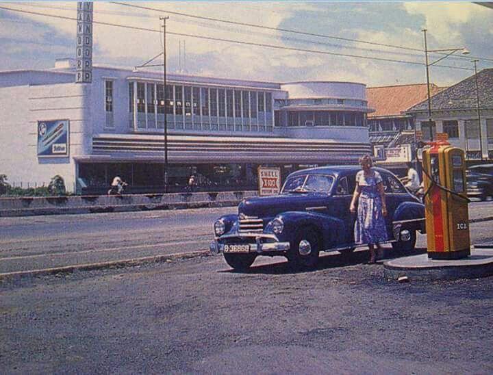 Mengisi bensin, Jl. Juanda (depan Bina Graha) 1955