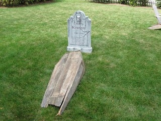 Lost in Schlock: BUILD A TOE PINCHER COFFIN FOR 3 DOLLARS - Thank you for sharing this idea FirstSpartan & HalloweenForum #Halloweendecorating