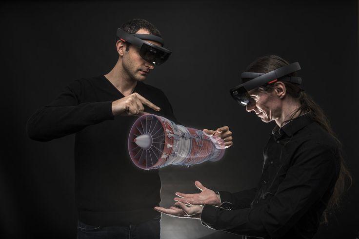 """Le casque HoloLens, développé par Microsoft, permet de superposer des informations virtuelles à notre environnement réel. Au-delà de la simple visualisation en réalité """"augmentée"""", l'utilisateur peut interagir avec cet environnement, à l'aide de gestes et de commandes vocales."""