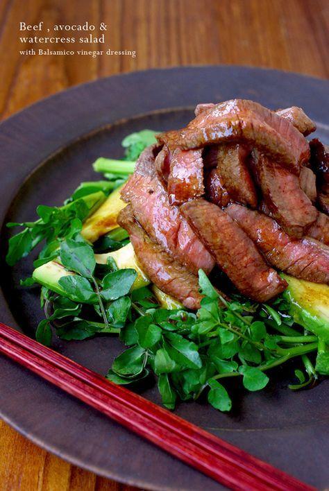 こんばんわ☆今夜のOsteriapoppoは、ボリュームたっぷりのステーキサラダでっす☆☆☆ミディアムレアに焼いた、黒毛和牛のもも肉のステーキを薄切りにし...