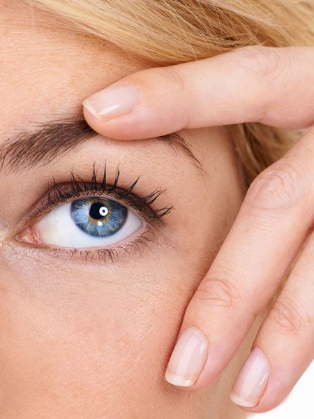 Lust auf dauerhaft ausdrucksstarke Augenbrauen? Färben Sie einfach selbst. Vor allem helle Härchen bekommen mit spezieller Brauenfarbe