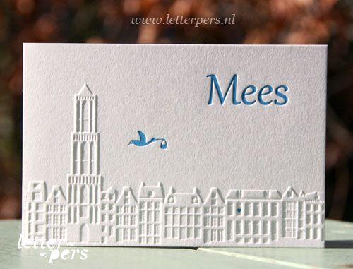 Kleine Mees zal opgroeien in Utrecht en daarom mochten we de skyline van Utrecht voor hem tekenen. De skyline komt in preeg omhoog in deze gevouwen kaart. Zijn naam en het ooievaartje zijn verdiept in het papier gedrukt.