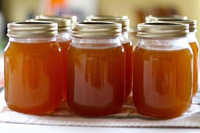 Ideale per accompagnare la colazione, la marmellata di mele si presta anche per la preparazione di dolci e crostate
