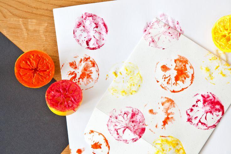 Sie möchten ganz besondere Einladungskarten für Ihre Sommer-Party gestalten? Unser Tipp: DIY Briefpapier mit Zitronen-Stempel. Lesen Sie hier wie es geht!