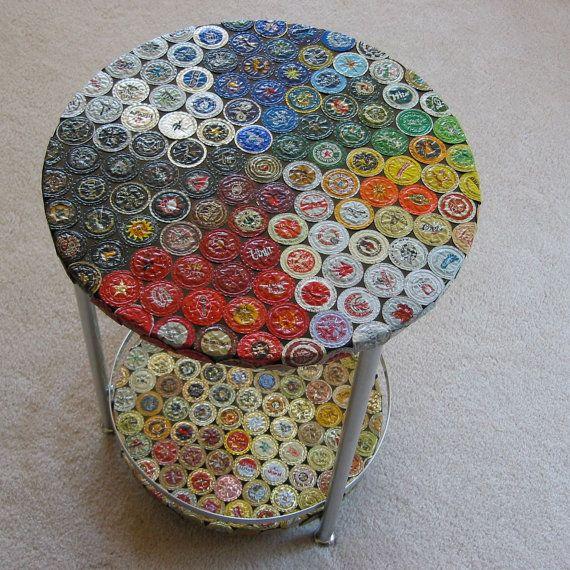 BESCHREIBUNG  Hier ist ein Doppeldecker-Tisch mit ein paar hundert Hand abgeflacht Flaschenverschlüsse aus aller Welt (mit mein Favorit,