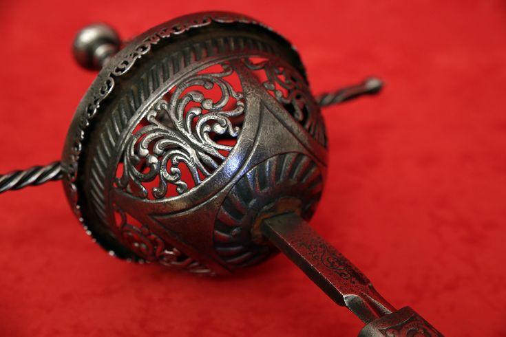 Espadas Especiales : Tizona española de taza honda calada y cincelada (modelo 2). Con Vaina