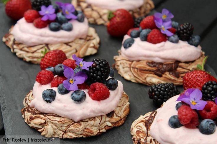Chokolade pavlova med jordbærskum er en skøn sommerdessert - sød, frisk og cremet - marengsen er sprøde på ydersiden og bløde og seje indeni - helt perfekte