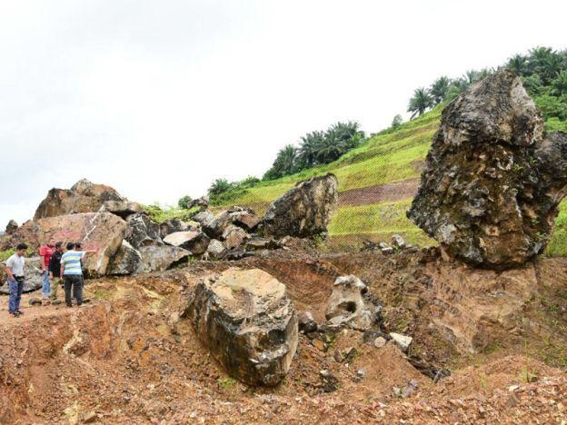 Kajian bagi buktikan kewujudan dinosaur diteruskan   Antara batuan yang ditemui di kawasan Taman Negara Kuala Koh di sini.  GUA MUSANG - Universiti Malaysia Kelantan (UMK) akan meneruskan kajian di Taman Negara Kuala Koh di sini bagi membuktikan kewujudan dinosaur ratusan tahun lalu di daerah ini. Ini berikutan selepas Pasukan penyelidik Fakulti Sains Bumi (FSB) UMK melakukan kajian ke atas struktur batu di kawasan berkenaan dan mendapati kemungkinan tinggi untuk menjumpai spesis Theropod…