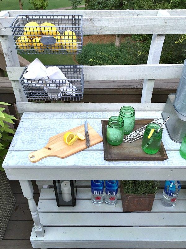 Pallet Potting Table - Rustic farmhouse serving area idea - Made from a pallet - outdoor potting table serves as buffet or drink service area