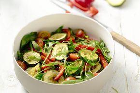Het heeft lang genoeg geduurd maar nu begint het eindelijk mooi weer te worden en kunnen we onze soepkommen omruilen voor smakelijke salad bowls. Met deze vijf tips maak je telkens weer de perfecte zomerse salade.