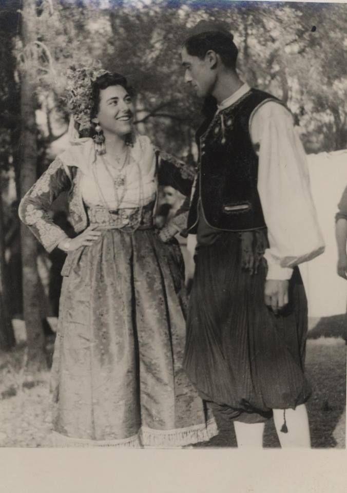 Ζευγάρι με φορεσιές από την Κέρκυρα. Κέρκυρα, δεκαετια 1950. Συλλογή Πελοποννησιακού Λαογραφικού Ιδρύματος