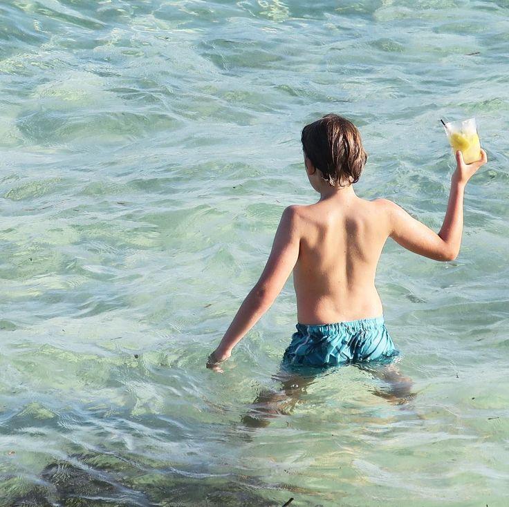 Boire son cocktail dans la mer...en vacances on revoit les basiques du kiff  C'est nos devoirs de vacances à nous  Et vous vous revoyez quoi ? #formentera #kiff #petitbonheur  #mediterranee #cocktail #myboy #kids #mykids #mylove #famille #family #vacances #holidays #maman #maviedemaman #mum #mumlife #primark . . Drinking his cocktail in the sea ... on holiday we review the basics of kiff  It is our vacation duties