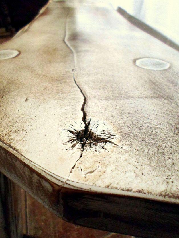 Ławka zabielana wykonana z drewna klonu. Siedzisko wykonano z jednej naturalnej deski, dzięki czemu powstały naturalne pęknięcia widoczne na zdjęciu. Pęknięcia już się nie powiększą, ponieważ...