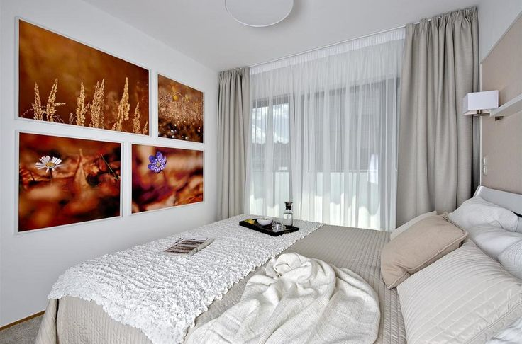 Jirkovy fotografie zdobí také ložnici v jemných pastelových tónech s…