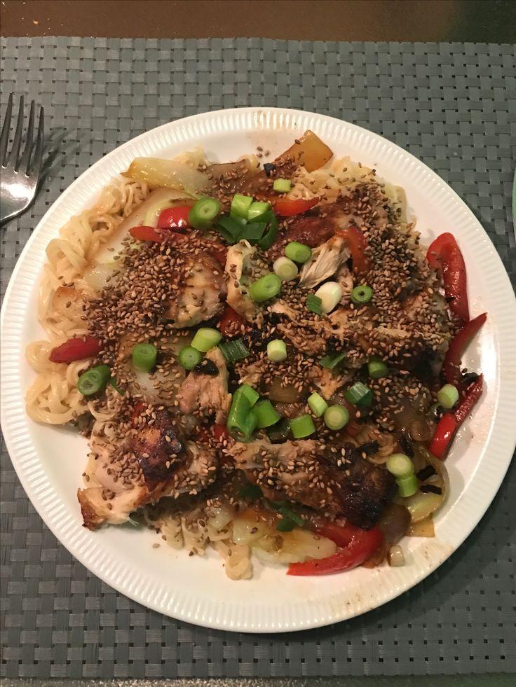 Oosterse noedels met kip en pikante soja-rode pepersaus.