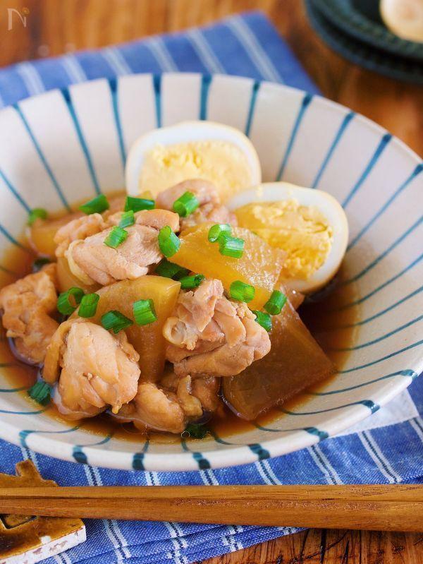 鍋に材料を重ねたら  あとは、蓋をして放置で完成♪    炒める手間もいらないので  とっても楽チン。     ちなみに、朝、鍋に重ねて  冷蔵庫に入れておけば  帰ってきたら火にかけるだけ。    その間に、着替えをしたり  副菜の準備ができるのが嬉しい♪    鶏と煮汁の旨味を吸った  しみしみ大根は  最高のごちそうですよ( ´艸`)     ★いつも、ありがとうございます★