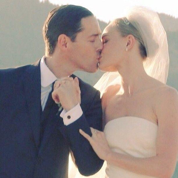 Kate Bosworth-Michael Polish: Η ηθοποιός και fashion icon επέλεξε να κάνει τον γάμο της σε μια τοποθεσία καθόλου σχετική με το λαμπερό Hollywood. Παντρεύτηκε τον 43χρονο σκηνοθέτη, σε ένα ράντσο στη Μοντάνα στις 31 Αυγούστου 2013. Το ζευγάρι αντάλλαξε όρκους που είχαν γράψει οι ίδιοι, ανάμεσα σε βουνά, λόφους κι άγρια λουλούδια. Ακολούθησε δείπνο με τοπικά εδέσματα. Η Bosworth, εντυπωσίασε με το νυφικό της, μια strapless δημιουργία του Oscar de la Renta ενώ έβαλε ένα άλλο φόρεμα για το…