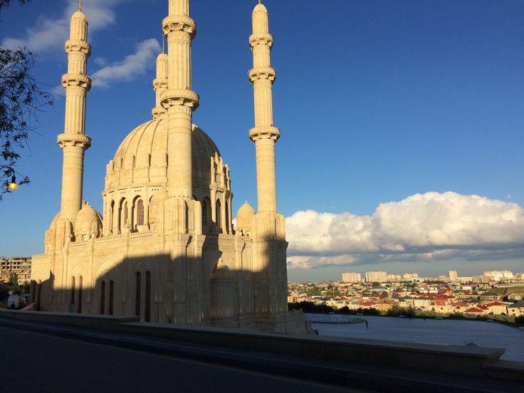 Baku istdie Hauptstadt Aserbaidschans:Zwischen dem Kaspischen Meer und dem Kaukasus gelegen, grenzt die traditionsreiche StadtanRussland,Georgien, Iran, Armenien und dieTürkei.Dieses kleine …