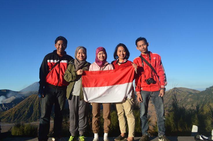 Ini adalah cerita petualangan pertama saya sebagai seorang pendaki. Sebuah petualangan yang memberi kenangan luar biasa dan mengajarkan pada saya bahwa banyak hal indah menanti di luar sana kalau kita berani melangkah. Gunung Bromo, yang menjadi tujuan saya kali ini merupakan salah satu gunung berapi aktif yang berada di Kabupaten Probolinggo, Jawa Timur dan telah …
