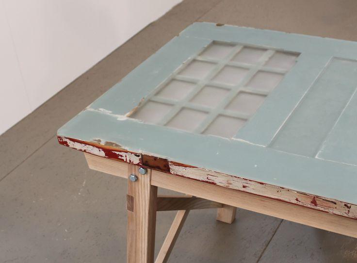 Ruben van de Scheer , meubelmaker. Ruben leerde zijn vak op het hout en meubileringscollege HMC. De deur tafel is een leeftafel. Een tafel met als blad een oude paneeldeur met twaalf bolle ruitjes. Het onderstel is gemaakt van essen. Het bovenblad is een oude deur, die is afgewerkt met kunsthars. Hierdoor ontstaat er een glad bovenblad