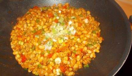 Een andere chili dan de meest voorkomende met bruine bonen.. Deze keer mijn chili gemaakt met blikjes witte bonen in tomatensaus. Ik heb zelf de tomatensaus...