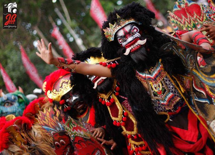 """Seni jaranan merupakan seni budaya yang telah lama ada di Indonesia khususnya di daerah Jawa Timur. Seni ini memadukan seni musik, seni tari dan juga mistis. Khususnya di Banyuwangi seni ini disebut sebagai seni """"Jaranan Buto""""."""