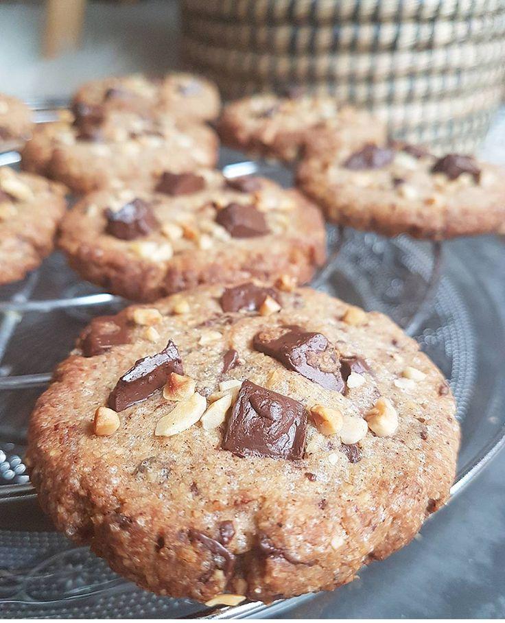 L'association sarrasin, noisettes et éclats de chocolat noir est sans doute ma folie du moment. Après mes muffins (et d'autres choses en préparation), je vous propose de la retrouver dans de délicieux cookies croustillants à l'extérieur et moelleux à l'intérieur <3. Ces cookies vraiment très addictifs sont juste délicieux ! Et en plus d'être sains et vegan, ils sont également sans gluten. Mon étonnement à la dégustation, je ne vous raconte pas ! M. anti-healthy à...
