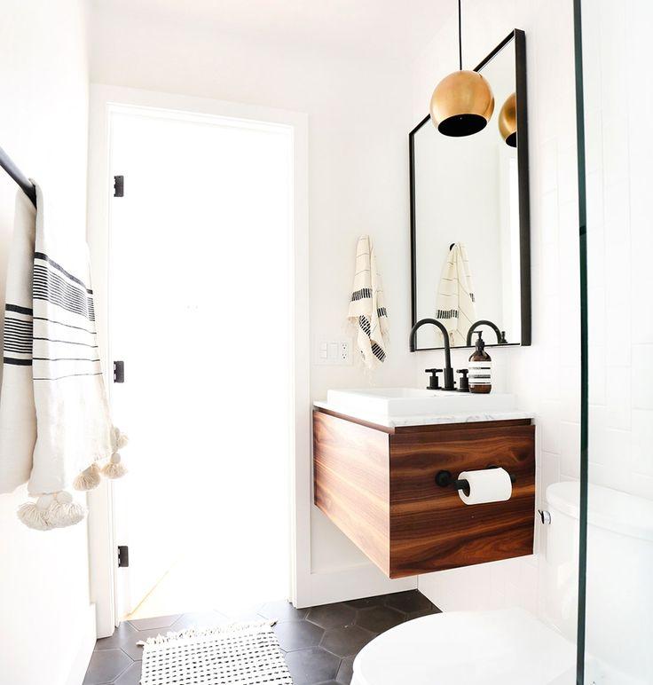 Ook kleine #badkamers kan je groter laten lijken dan dat ze zijn. gebruik lichte #meubels #tegels en #accessoires, op deze manier heb je ruimte om een #houten #badkamermeubel te plaatsen voor extra #sfeer.