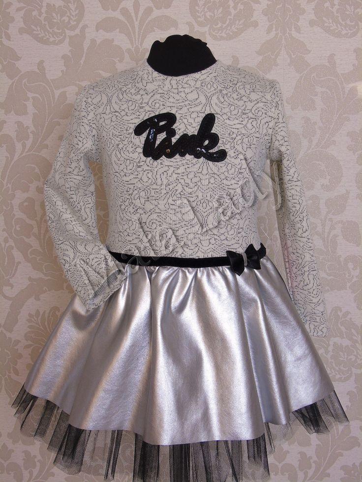 Niesamowita sukienka Pink to połączenie dzianiny bawełnianej ze skórą ekologiczną. Dół kreacji wykonany z czarnego tiulu odszytego podszewką. Kreacja przepasana w pasie czarnym paskiem z małą kokardą z boku. Sukienka posiada długie rękawy oraz kryty zamek z tyłu kreacji.