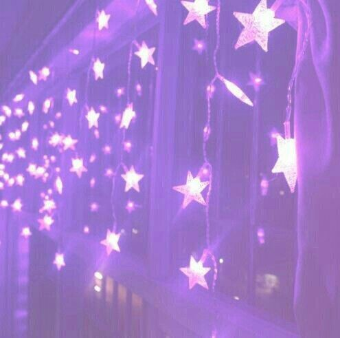 We can attach these stars to the sides of tables, walls, or even our curtains!
