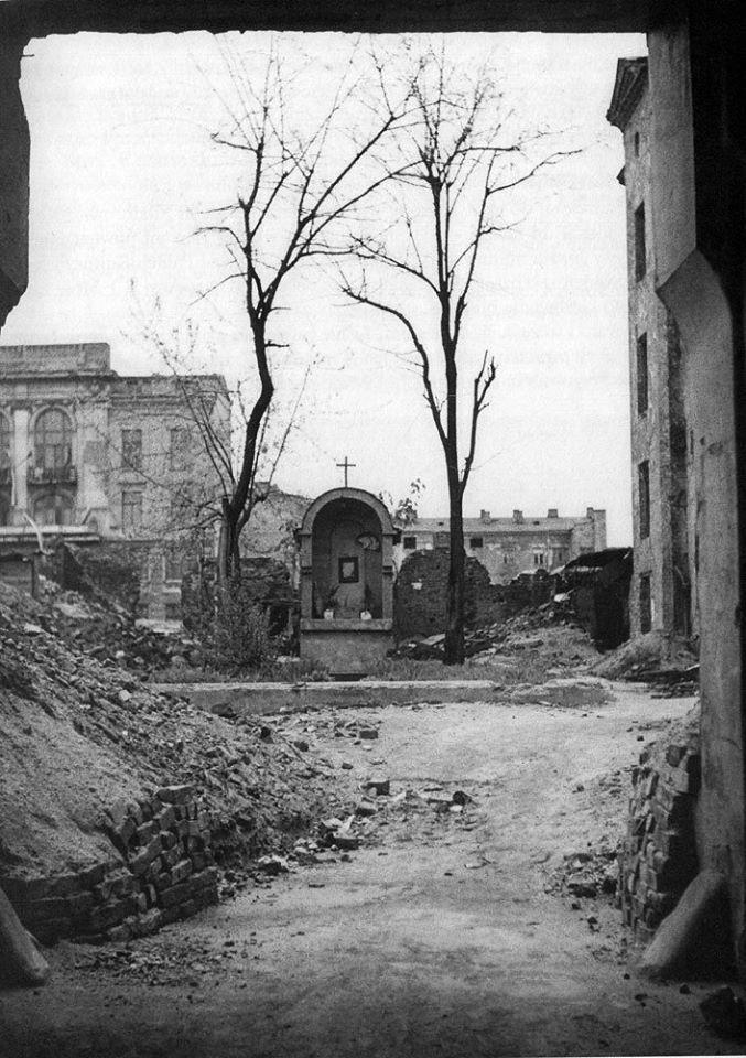 Widok z bramy na Złotej. Teren przed przeznaczony do rozbiórki i uprzątnięcia pod PKiN. fot. 1950-1951, A. Słomczyński, źr. fotopolska.eu