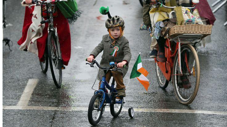 SAN PATRICIO. Participantes en bicicleta en el desfile del día de san patricio en las calles de dublín. (Brian Lawless / AP)